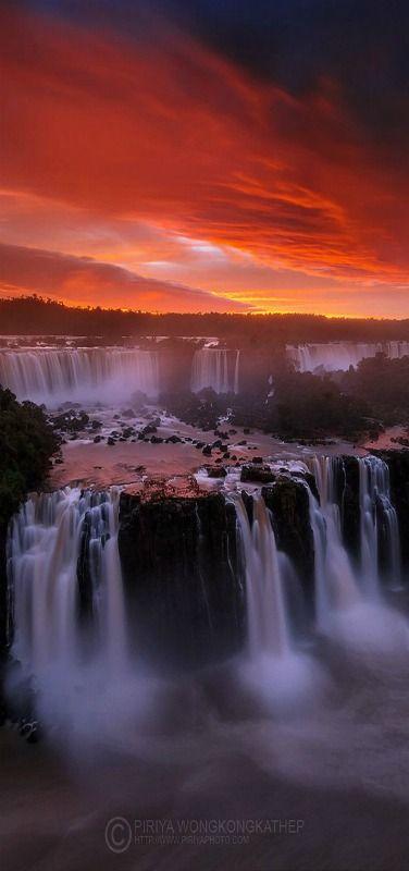 Iguazu Caídas en Puesta del sol, Sudamérica, Brasil