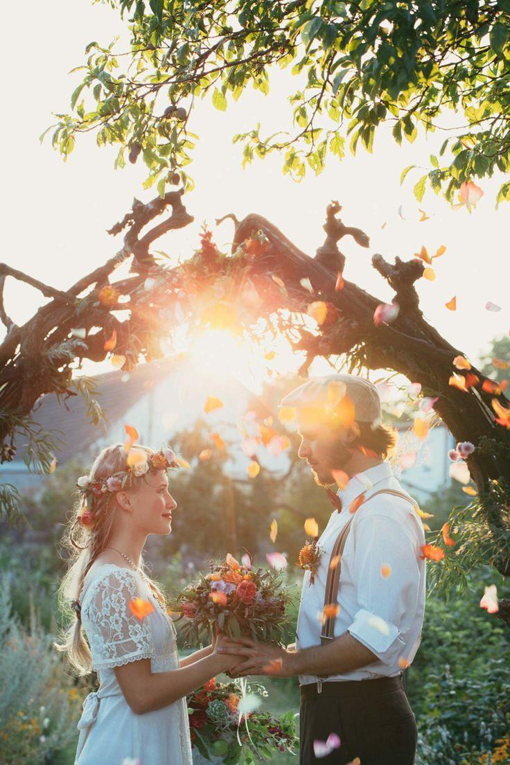Es sind Worte, die große Gefühle transportieren, die mit zitternden Händen, klopfendem Herzen und feuchten Augen vor dem Traualtar vorgetragen werden – wer sich ein selbstgeschriebenes Eheversprechen gibt, braucht Herz, Mut und eine gute Vorbereitung. Gar nicht so einfach, die größte Liebe des Lebens in wenige Sätze zu fassen. Unsere siebzehn schönsten Eheversprechen, Gedichte, Zitate …