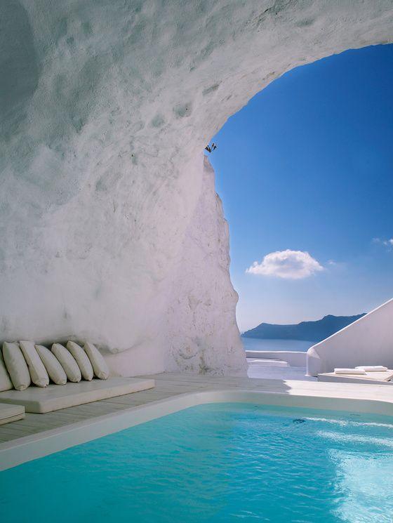 La piscine-grotte du Katikies hôtel, sur la caldeira à Oia, Santorin.