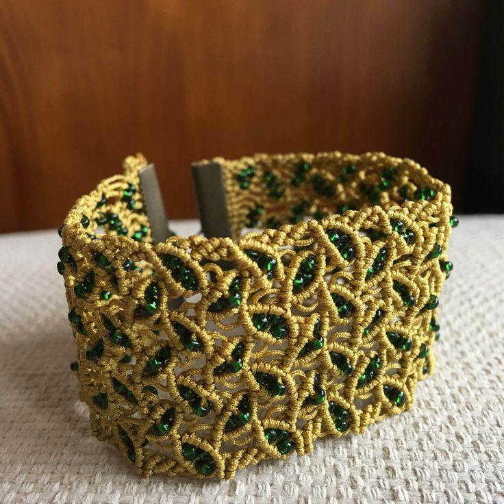Pulsera micro macramé dorada hojitas con rocallas verde esmeralda de AraiaHandmade en Etsy