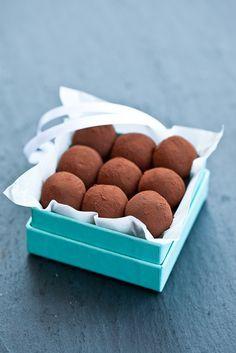 La ricetta: tartufi di cioccolato al caramello salato   per circa 50 tartufini Ingredienti: 200 g di panna fresca 90 g di zucchero semolato 150 g di cioccolato fondente al 70% 100 g di cioccolato al latte 30 g di burro salato 1 presa abbondante di fior di sale cacao amaro