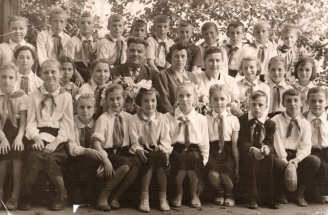 1963 року.   3-А клас. М. К. Панченко – директор, М. Я. Романенко – класовод, О. М. Чорна – завуч