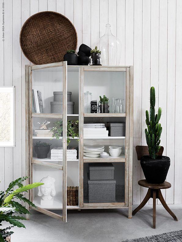 Een nieuwe sfeer in huis betekent niet dat je meteen een heleboel nieuwe dingen moet aanschaffen. Accessiores kunnen het verschil maken | STUDIObyIKEA IKEA IKEAnl IKEAnederland SINNERLIG sierpotten kast cactus plant opbergen kastinrichting inspiratie wooninspiratie dozen