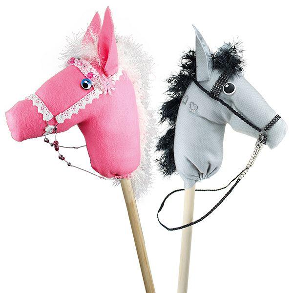 Huovasta valmistettuja keppihevosia.
