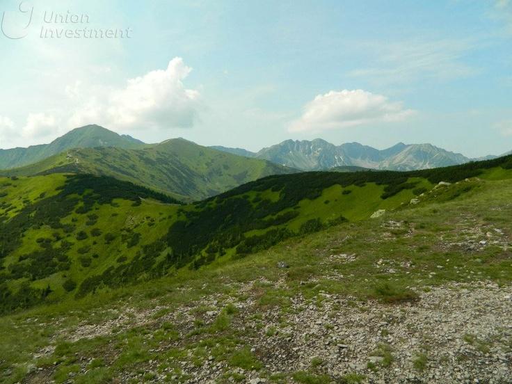 Szczyty Tatr – wiosną pięknie pokryte zielenią. Fot. Paweł Paśnik