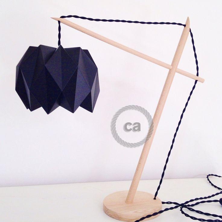 Lampe d'inspiration scandinave en bois de hêtre et de frêne, abat-jour origami en plastique souple polypropylène ou tissu suspendu grâce à un câble électrique torsadé...