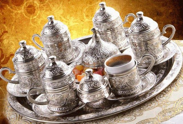 Misafirlerinize nostalji kokan Osmanlı motifleriyle işlenmiş Türk kahvelerini servis ederken muhabbetinize ayrı bir tat katacaksınız!   Motifleri ve tarih kokan desenleriyle misafirlerinizin gözlerini kamaştırın !   Zamanla kararsa da sirkeli suyla silindiğinde aynı ilk günkü parlaklığına kavuşur.   Orjinal Ürün + Hızlı Kargo + Faturalı  Sadece : 79,90 TL KDV DAHİL