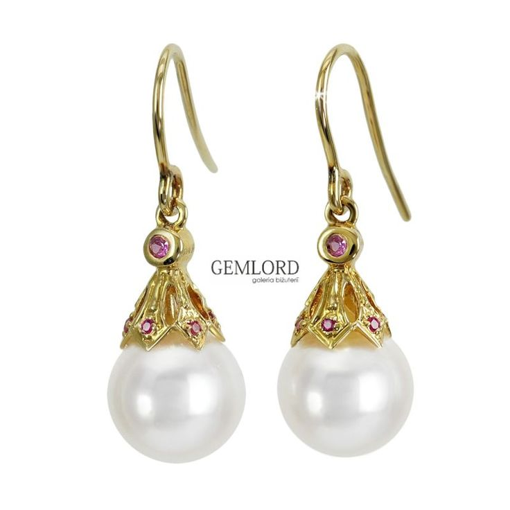 Przepiękne kolczyki z pereł Akoya najwyższej klasy w uroczej złotej oprawie z naturalnymi rubinami. Idealnie okrągłe białe perły o subtelnym różowym overtonie i cudownym blasku znakomicie harmonizują z żółtym złotem i czerwienią kamieni szlachetnych. #kolczyki #earrings #perły #pearls #жемчуг #rubin #ruby #biżuteria #jewellery #jewelry #luxury #luxurylife #quality #fashion #style