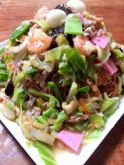 皿うどんはつい先日作ったばかりですが、先週長崎の中華街で皿うどんの生麺を購入。生麺を油で揚げて作った皿うどんはやっぱり別格(^-^) バリバリの食感がたまりません。皿うどん専用ソースともいうべき金蝶ソースをかければ最高に旨い(^-^)/ - 239件のもぐもぐ - 皿うどん by キヨシュン