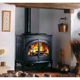 De #Jotul F 600 is een grote functionele kachel met zijdeur. De gehele haard bestaat uit gietijzer en is uitgevoerd met het clean burn verbrandingstechnologie. #Houtkachel #Houthaard #Kampen #interieur #Fireplace #Fireplaces
