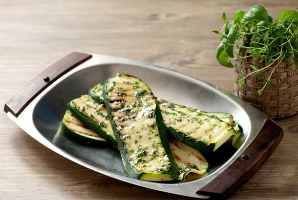 Kauden tuoreet kasvikset sopivat grillaukseen loistavasti. Tarjoile yrttikastikkeella voidellut, grillatut kesäkurpitsat grillatun kalan tai lihan lisäkkeenä. http://www.valio.fi/reseptit/grillattua-kesakurpitsaa/