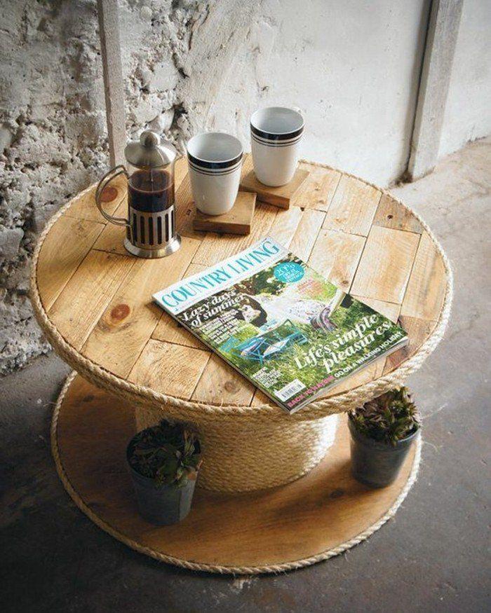 idée de table basse touret avec de la corde enroulée autour, une minuscule table à café dans un salon style industriel
