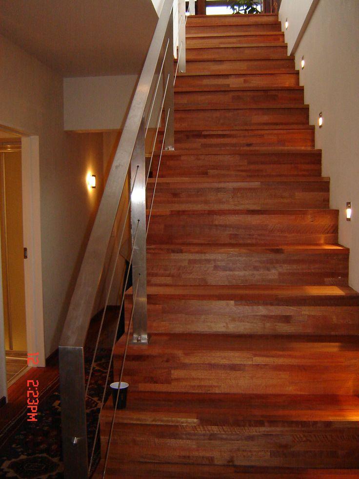schody z merbau z metalową poręczą www.stolarstwoszudera.pl