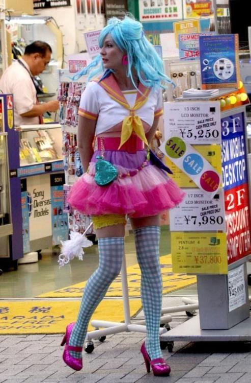 "Kirsten Dunst in ""Akihabara Majokko Princess"" (McG, 2009)   Barrio electrónico  Akihabara Tokio  http://www.japan-guide.com/e/e3003.html"