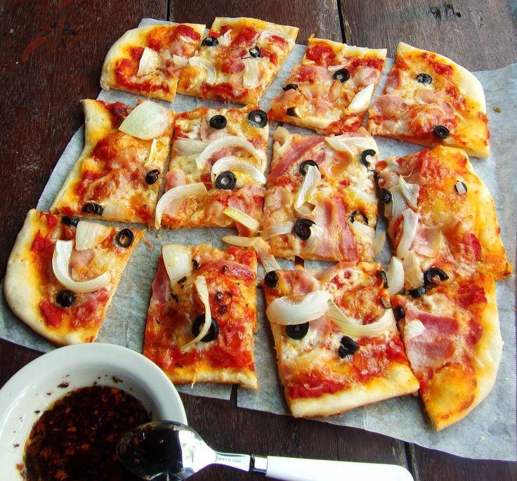 Пицца с беконом и моцареллой https://foodmag.me/pitstsa-s-bekonom-i-motsarelloj  Время приготовления: 40 мин. Сложность приготовления: Очень просто Количество порций: 6 Количество ингредиентов: 9  Ингредиенты: 450 г готового теста для пиццы. 6 ломтиков сырокопченого бекона. 200 г моцареллы. 1 красная луковица. 16 маслин без косточек. 30 г кедровых орехов. 2 ст.л. оливкового масла. мука . черный перец.  Этапы приготовления: Посыпать бумагу для выпечки мукой, раскатать тесто для пиццы в…
