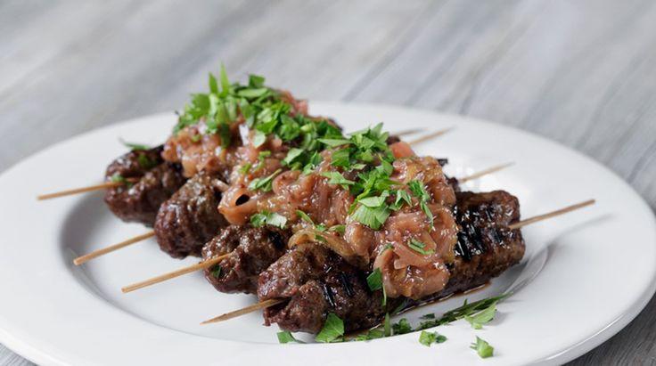 Grillet spyd af hakket oksekød med rabarberchutney og nye kartofler