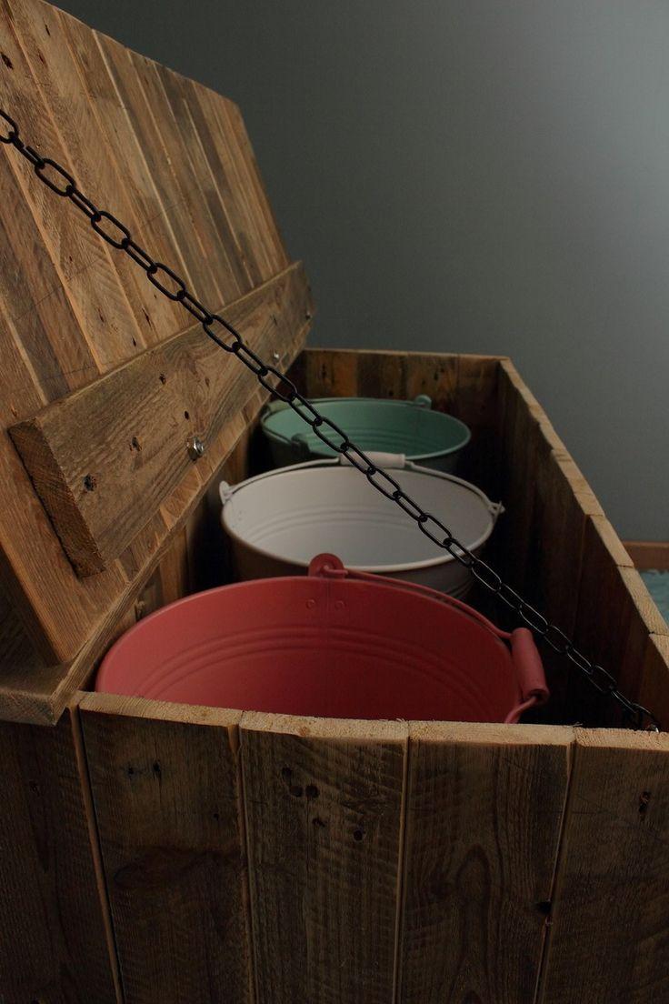 Een rustieke kist, gemaakt van gebruikt pallethout. Er passen drie emmers in voor het scheiden van keukenafval.