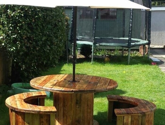 amenagement jardin récup, deco touret table et bancs en bois ...