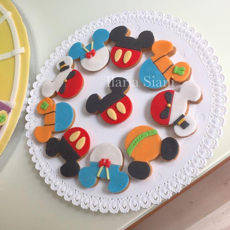 """Biscotti a tema Topolino e i suoi amici ☺️ #instafood #ilas #ilassweetness #biscotti #topolino #mickymouse #disney #pastadizucchero #sugarpaste #compleanno #birthday #happybirthday #birthdayparty  Per info e richieste contattami qui  www.facebook.com/ilascake  e se ti va metti """"mi piace"""" alla mia pagina 👍🏻"""