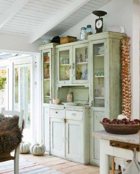 Très beau buffet vaisselier à la douce patine. source : Lantliv.