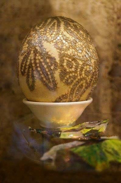 Uovo di struzzo realizzato con pizzo oro da recupero