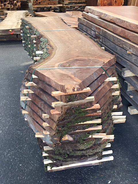 Europees notenhout is lichter van kleur dan zijn Amerikaanse naamgenoot. Hier kunnen wij ook prachtige boomstamtafels van maken
