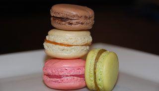 Macarons français (vanille, chocolat, framboises, pistaches)   - Recettes du Québec