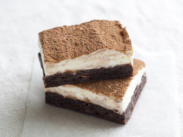What fantastic dessert mashup! Easy Tiramisu Brownie Bars. #food #brownies #tiramisu #barsDesserts Recipe, Italian Desserts, S'More Bar, S'Mores Bar, Bar Recipe, Betty Crocker, Brownies Bar, Easy Tiramisu, Tiramisu Brownies
