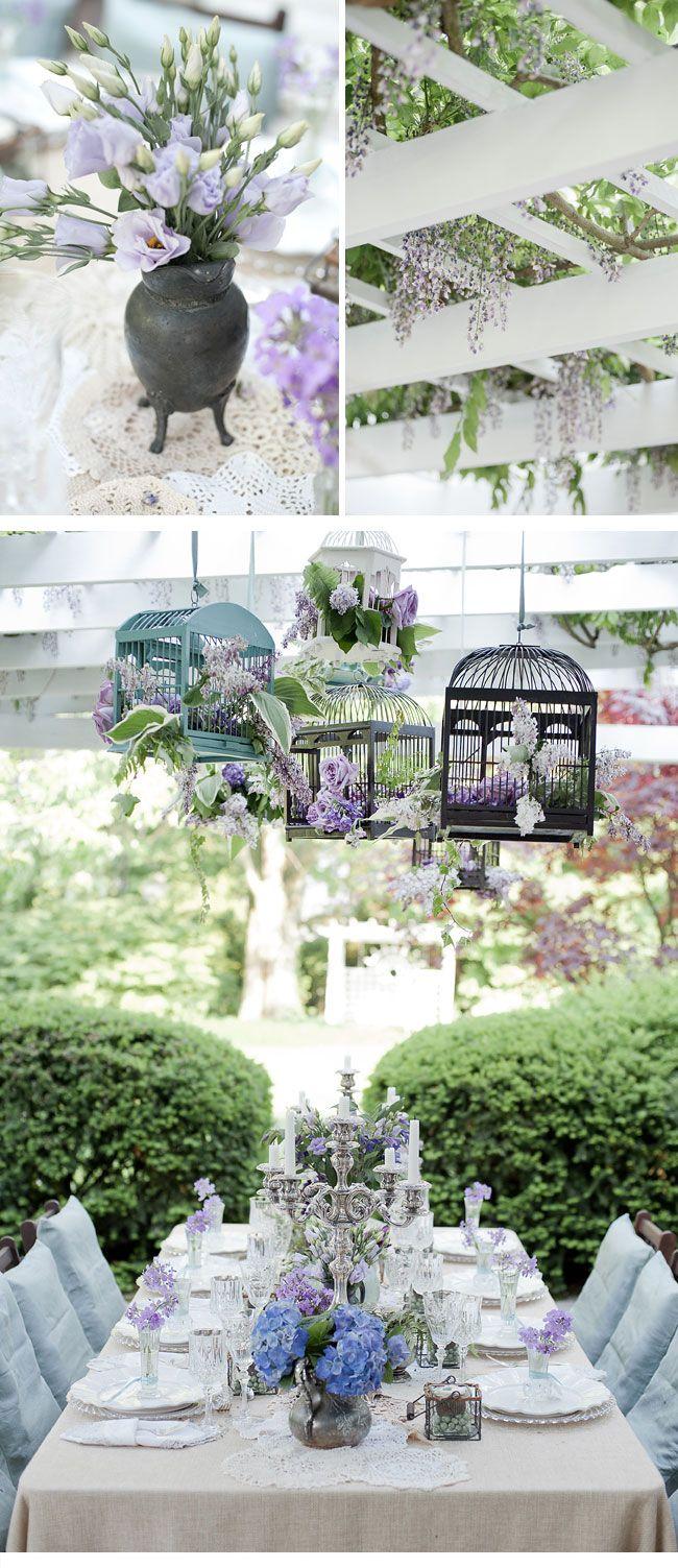 Superschön & rustikal - leinentischdecke, blaue hussen und dekor mit lila / blauen hortensien und lavendel