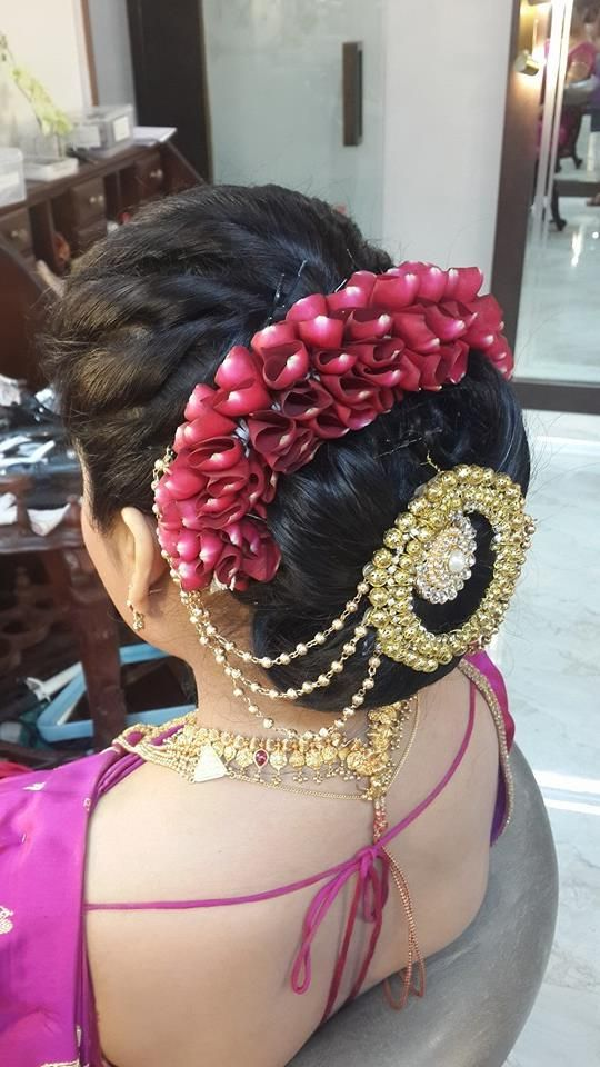 What a beautiful large low bun with gajra & juda pin! Care however should be taken before adopting such hairstyles, as due to it's high static charge, it will cause phlegm to move up in the throat, causing the voice to quaver & a frequent urge to clear the throat. A heavy chabi chhalla with a long & wide hook if inserted at the edge of the pleats of the saree, will reduce this problem as it's hook will activate the acupressure points that act to keep the throat clear.