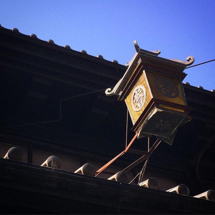 Bluesky in KYOTO. #kyoto #kyotojapan #japantrip #theworldguru #travelgram #ig_japan #icu_japan #lovers_nippon #wu_japan #igersjp #instagramjapan #team_jp #beautifulkyoto #scenery #travelphotography #京都 #kiutu #เกยวโต #Κιότο #Κιότο #Киото #교토 #tagsforlike #follow #followme #followalways  #instasky #sky #roof #tiledroof #tile (by makoto.kitaguchi)