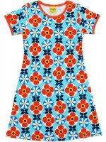 Blauwe jurk met bloemen van het hippe merk Duns Sweden. De jurk heeft een rode bies.  De kinderkleding van Duns Sweden is gemaakt van GOTS gecertificeerd biologisch katoen. Dat is wel zo prettig!
