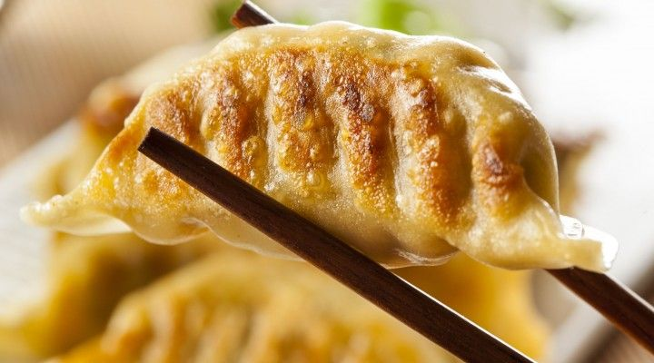 Dumplings, das sind mit Gemüse und Fleisch gefüllte Teigtaschen aus China. Chinesische Maultaschen quasi! Wir zeigen wie sie schnell und einfach gelingen!