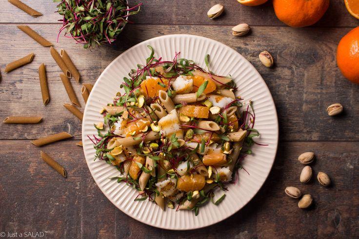 JAK RYBA W WODZIE. Sałatka z halibutem, makaronem, liśćmi buraka, mandarynką i pistacjami.