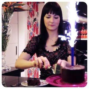 bolo de chocolate com caramelo salgado - MUITOS INGREDIENTES
