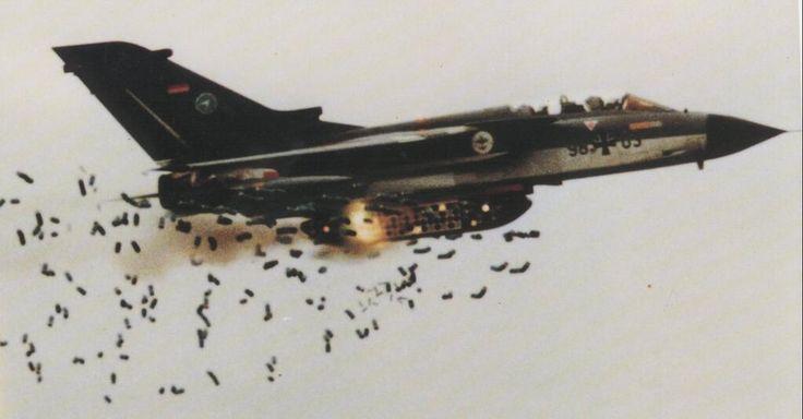Panavia Tornado deploying cluster munitions pic.twitter.com/TZAnw01qOR