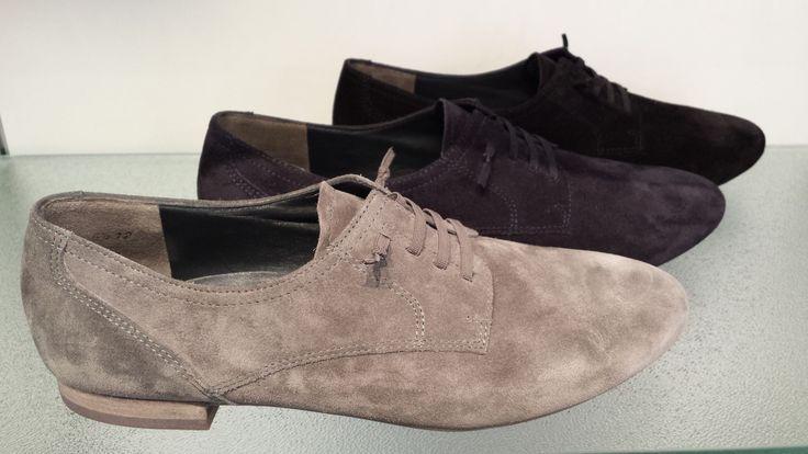 Platte schoenen voor vrouwen in de belangrijke kleuren: zwart, donkerblauw en grijs. H2014
