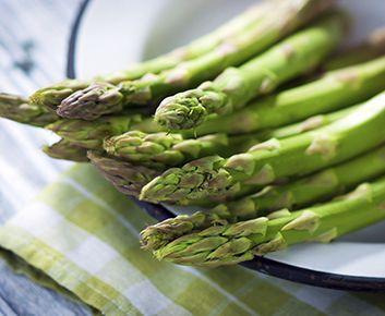 VENTRE PLAT ASPERGE Asparagine (décompose l'acide oxalique qui colle la graisse à nos cellules) - Potassium (muscles fermes et plus toniques, neutralise les acides qui déclenchent l'atrophie musculaire lorsque nous vieillissons) - Inuline (limite l'accumulation de cellulite et effet coupe-faim) - Fibres - peu de sodium Faible teneur en calories - Bouillies ou, rôties avec de l'ail, du citron ou de l'huile d'olive, cuites à la vapeur ou blanchie, avec une pincée de sel