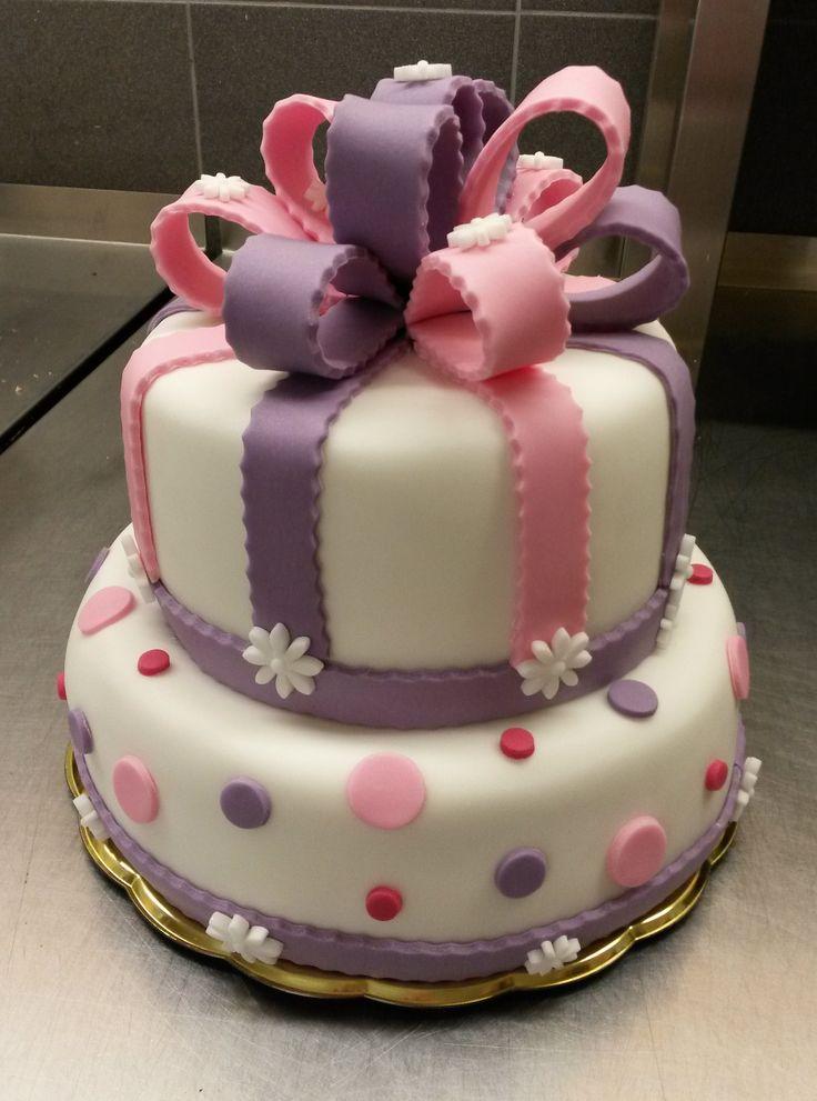 Letní narozeninový dortík pro slečnu laděný do růžovo - fialkové barvy. Ozdobený fondánovou mašlí, vykrajovanými puntíky a kytičkami.