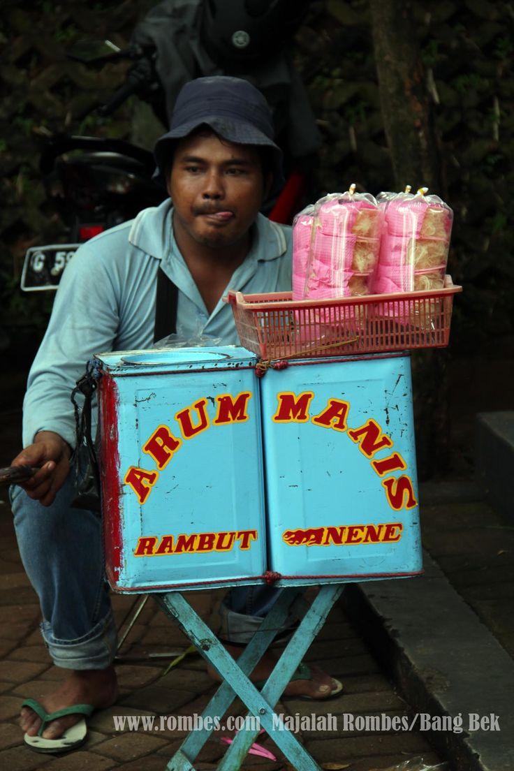 Tukang Jualan Arum Manis (rambut nenen Sihir) Perkampungan Budaya Betawi-Setu Babakan-Jakarta