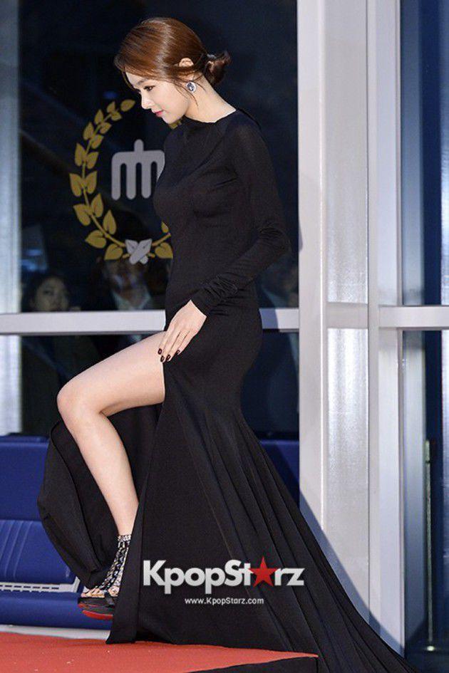 So Yi Hyun dengan gaun belahan paha yang super seksi. Tampak paha putih mulusnya menggoda. #APANStarAwards2013
