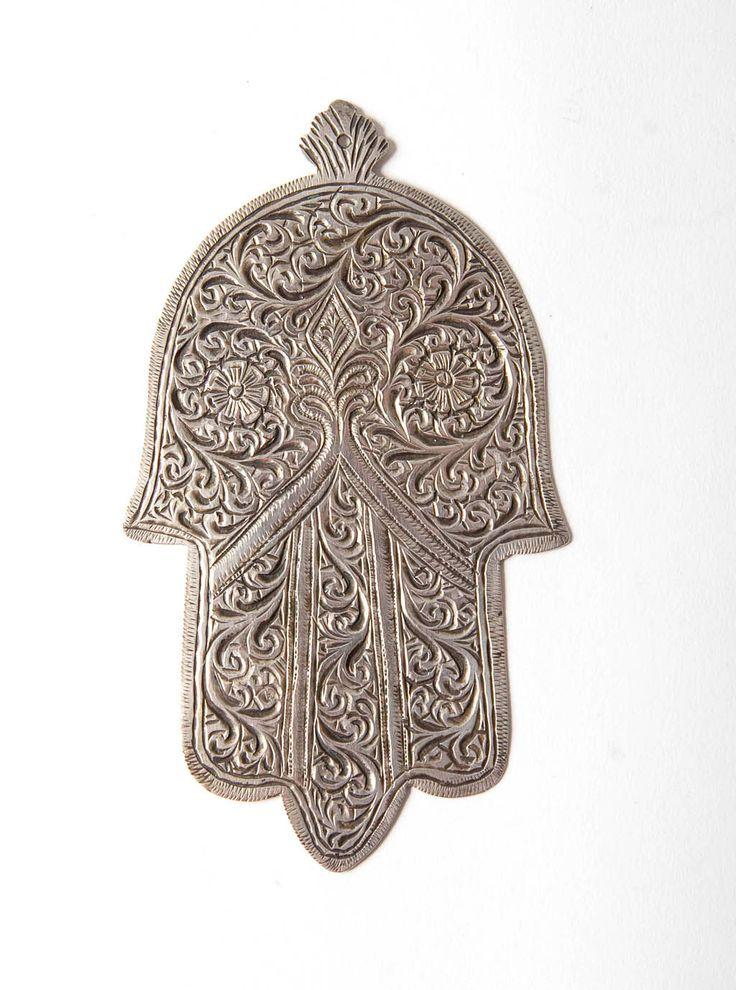 Khamsa marocchino bene con il lavoro di scorrimento e il disegno della rosa di Marrakech o Essaouira. Il marchio di ramshead dargento è alla parte posteriore di questa croce molto carina e decorativa, che fu in uso dal 1927.  Una davvero carina sailver khamsa molto difficile infatti trovare questi giorni.   Altezza 4.5 ins / 11.5cms Larghezza 2.5 ins/7cms peso 25 grammi
