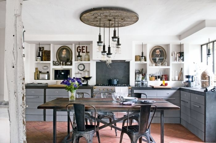 decoration industrielle, chaises en fer, table en bois, murs blancs, commodes gris, lampes suspendues, casserole noire