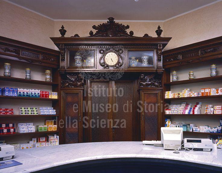 Arredo dei primi del Novecento della #Farmacia Bartolini, Montevarchi, #Arezzo