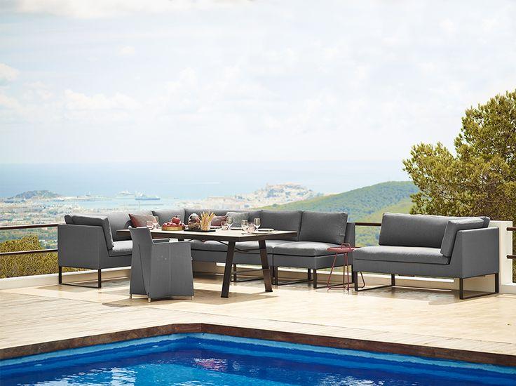 Il divano è ideale per uso esterno. Il suo design e la funzione ruotano introno a un divano componibile, che può essere costruito per adattarsi a qualsiasi forma e dimensione. E' disponibile in grigio con tessuto adatto per tutte le stagioni. Misure: 154x76 cm h85