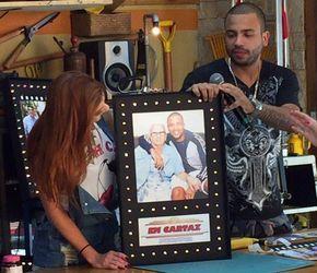 Maddu Magalhães presenteia Projota com pôster (Foto: Guilherme Toscano/Gshow)
