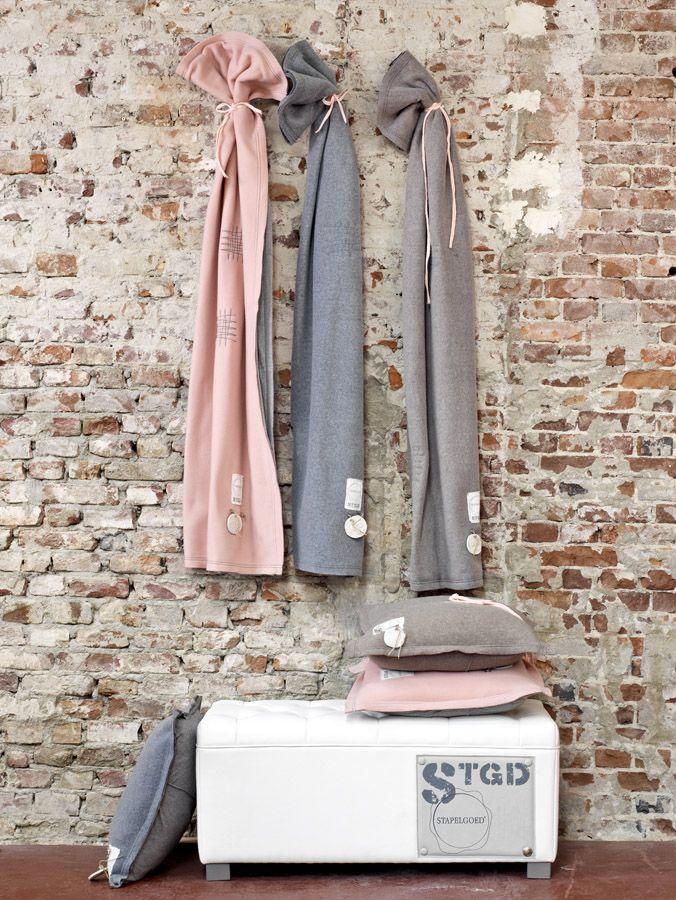 #stapelgoed #bed #stoel #stoer #kussens #bedovertrek #plaid