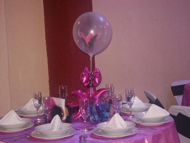 Imagen: centro de mesa con globos rosados.
