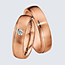 Verighete din aur roz cu briliante si interiorul rotunjit pentru confort la purtare. Pot fi realizate din aur alb, aur galben sau aur roz. La cerere sunt posibile şi alte modificări.
