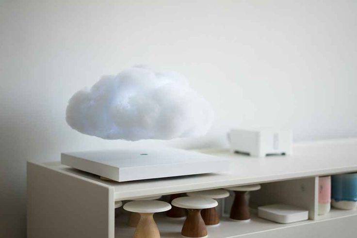 Floating Cloud di Richard Clarkson la nuvola che fa luce e vola sul comodino RLa nuova creazione del designer statunitense Richard Clarkson si chiama Floatign Cloud e come dice il nome è una nuvola fluttuante. Una lamapada in fibra di poliestere che si libra sopra il suo basa #design #nuvola #arredamento